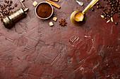 Antike manuelle Kaffeemühle, Kaffee und Gewürze
