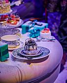 Festlich gedeckter Tisch mit Törtchen und Geschenken