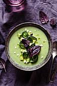 Grünes Gazpacho mit Purpurbasilikum