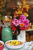 Herbststrauß mit Dahlien, Studentenblume, Buchenzweig und Herbstlaub