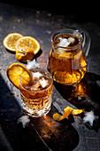 Kalter Orangendrink mit Eiswürfeln und Orangenscheiben