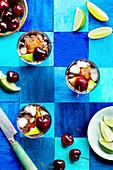 Kirschsoda mit Eiswürfeln und Limetten
