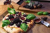 Pizza with gorgonzola, figs, blackberries and basil