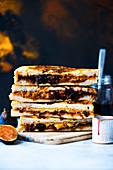 French-Toast-Sandwiches mit Erdnussbutter und Blaubeermarmelade