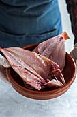 Rohe Fischfilets in Schüssel