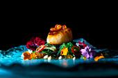 Jakobsmuschel mit Kaviar, grünen Nudeln und Blütenblättern