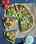 A green 'Coca Mallorquina' pizza