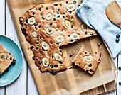 Pancake mit Bananen und Heidelbeeren vom Blech