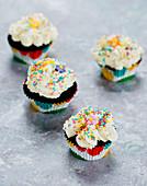 Cupcakes mit bunten Zuckerstreuseln