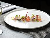 Meeresfrüchtesalat mit Kräutern und Essblüten
