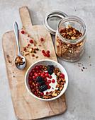 Knuspermüsli mit Beeren und Ziegenjoghurt