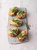 Röstbrote mit Kartoffel-Tomaten-Aufstrich und Rucola