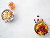 Klassisches Porridge und Kurkuma-Vanille-Porridge