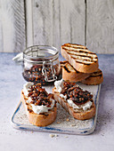 Toasted bread with goat's cheese and onion chutney