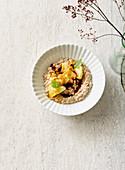Hafer-Kokos-Porridge mit Ananas