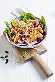 Hähnchensalat mit Mandeldressing, Kernen und Sprossen