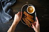 Biscotti mit Marmeladenfüllung zum Kaffee