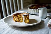Ein Stück Torta di Mele (Apfelkuchen) auf Küchentisch