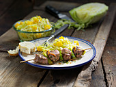 Pork skewers with pointed cabbage and mango salad