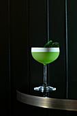 Grüner Cocktail mit Minzblättern