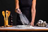 Brotteig mit Mehl bestreuen