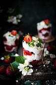 Eton Mess (Dessert mit Beeren, Meringue und Sahne, England)