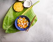 Exotischer Obstsalat mit Kokosnuss