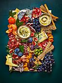 Kalte Platte mit Schinken, Wurst, Käse, Obst und Dips