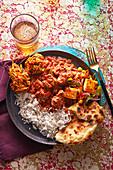 Lamm-Bhuna mit gebratenem Paneer und Kichererbsen, Karotten-Pakoras und Fladenbrot