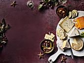 Britische Käseplatte mit Relish und Chili-Bacon-Marmelade