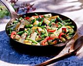 Gemüsepfanne mit Spargel und grünen Bohnen