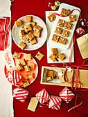 Salted Caramel Fudge mit Rumrosinen, Erdnussbutter und Weihnachts-Fudge zum Verschenken