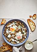 Baked Eggs mit Bohnen, Pilzen, Estragon und Crème Fraîche