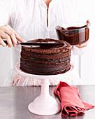 Sechsschichtige Schokoladentorte zubereiten: Torte glasieren