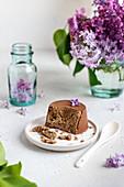 Halva-Törtchen mit Schokoladenglasur auf sommerlichem Tisch