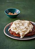 Erdnussbutter-Cookie-Kuchen mit Apfel und Frischkäsecreme