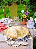 Apfelpie auf sommerlichen Tisch im Garten