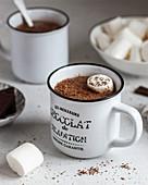Kakao mit Marshmallows in Emaillebecher