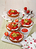 Strawberry yogurt tartlets with kiwi