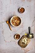 Haferflocken mit pochierten Eiern, Käse, Schalotten und Chili
