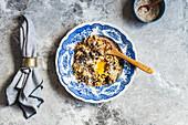 Haferflocken mit pochierten Eiern, Pecorino und Aleppo-Pfeffer
