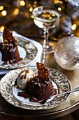 Sticky Toffee Pudding mit Pekannuss-Karamellsauce und Eis