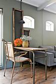 Alter Stuhl am Schreibtisch aus Metall im Wohnzimmer im Vintagestil