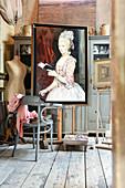 Gemälde einer Frau im Atelier mit Vintage-Deko