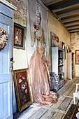 Wandbehang mit Gemälde einer Frau im nostalgischen Wohnzimmer