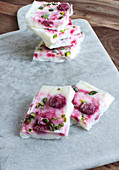 Frozen yoghurt bars made with raspberries and pistachios