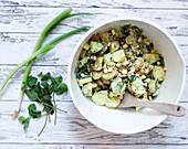 Veganer Party-Kartoffelsalat mit Sojajoghurt und Cashewkernen