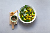 Kartoffel-Kräuter-Suppe mit Kurkuma und Bockshornkleesamen