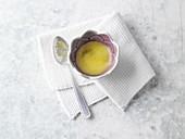 Brustwickel aus Steinsalz und Sesamöl