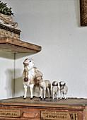 Alte Spielzeug-Schafe auf antiker Holzkiste als nostalgische Deko